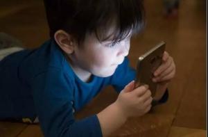 """""""不让我玩手机?不行!""""有多少孩子正在被手机毁掉!"""